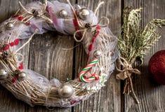 Венок рождества на деревянной предпосылке Стоковое фото RF
