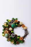 Венок рождества с ветвями ели, зелеными шариками и деревенским ornam Стоковые Изображения RF