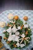 Венок рождества сделанный естественных ветвей ели Стоковые Фотографии RF