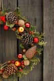 Венок рождества с конусами и гайками сосны Стоковые Изображения RF