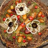 Венок рождества с конусами и цветками сосны Стоковые Фотографии RF