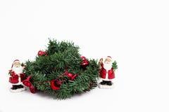 Венок рождества с 2 малый красный Санта Клаус стоковое изображение
