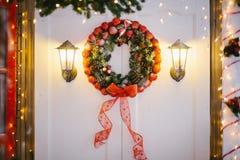 Венок рождества украшенный с безделушками и конусами сосны Стоковые Фото