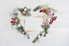 Венок сердца рождества модель-макета с письмом в деревенском стиле с местом для вашего текста, плоским положением, насмешкой фото Стоковая Фотография