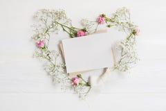 Венок сердца рождества модель-макета с письмом в деревенском стиле с местом для вашего текста, плоским положением, насмешкой фото Стоковое Фото
