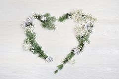 Венок сердца рождества модель-макета с спрусом, hypsophila, конусами и Стоковое Фото