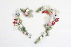 Венок сердца рождества модель-макета с спрусом, hypsophila, конусами и снежинками в деревенском стиле с местом для вашего текста Стоковое фото RF
