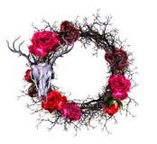 Венок с черепом ` s оленей, красными розами, ветвями Граница акварели на хеллоуин Стоковые Изображения RF