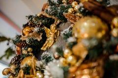 Венок украшения рождества сделанный из ели и украшенный с золотыми игрушками Стоковое Фото