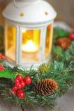 Венок ` s Нового Года от ели на белой деревянной предпосылке и свече в белом подсвечнике стоковые фотографии rf