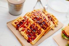 Венские waffles политые с отбензиниванием ягоды Стоковые Изображения RF