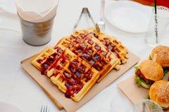 Венские waffles политые с отбензиниванием ягоды Стоковые Изображения