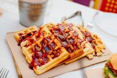 Венские waffles политые с отбензиниванием ягоды Стоковое Изображение RF