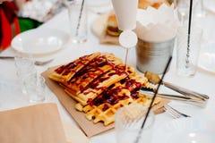 Венские waffles политые с отбензиниванием ягоды Стоковое Изображение