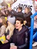 Вентиляторы веселя в стадионе и есть попкорн стоковые изображения rf