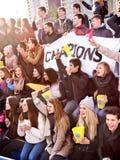 Вентиляторы веселя в стадионе и есть попкорн стоковая фотография rf