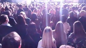 Вентиляторы веселя на концерте в реальном маштабе времени акции видеоматериалы