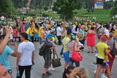 Вентиляторы гуляя вокруг стадиона Стоковая Фотография