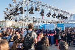 Вентиляторы ждать знаменитости на красном ковре на 43rd фестивале фильмов американца Deauville Стоковые Изображения