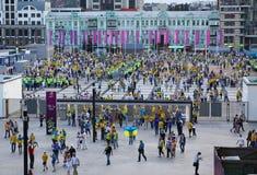 вентиляторы идут олимпийский стадион футбола к Стоковое Изображение RF