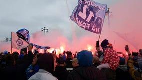 Вентиляторы клуба футбола Zenit аранжировать впечатляющее представление - скачку вне во время проведения песнопений, горящего огн сток-видео