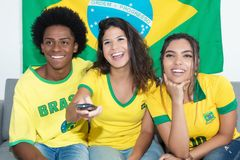 Вентиляторы от спички Бразилии наблюдая бразильской команды живут на televi стоковая фотография rf