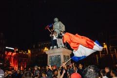 Вентиляторы празднуя победу квалификации Франции для окончательного ФИФА Стоковая Фотография