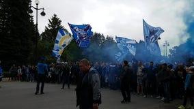 Вентиляторы стойки клуба футбола Zenit в одной линии и подготовить для красивого прохода Флаги, дым сток-видео