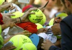 Вентиляторы тенниса держат шарик стоковая фотография rf