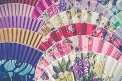 Вентиляторы традиционного ремесленничества китайские на рынке в Yangshuo, Китае стоковое фото rf