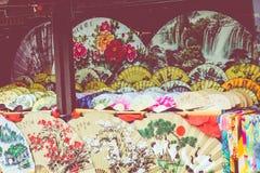 Вентиляторы традиционного ремесленничества китайские на рынке в Yangshuo, Китае стоковая фотография