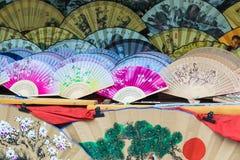 Вентиляторы традиционного ремесленничества китайские на рынке в Yangshuo, Китае стоковое изображение