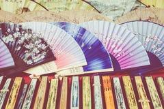 Вентиляторы традиционного ремесленничества китайские на рынке в Yangshuo, Китае стоковые изображения