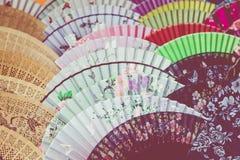 Вентиляторы традиционного ремесленничества китайские на рынке в Yangshuo, Китае стоковые изображения rf