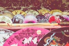 Вентиляторы традиционного ремесленничества китайские на рынке в Yangshuo, Китае стоковое изображение rf