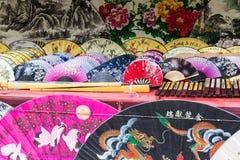 Вентиляторы традиционного ремесленничества китайские на рынке в Yangshuo, Китае стоковые фото