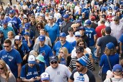 Вентиляторы Blue Jays после выигрыша Торонто стоковые изображения rf