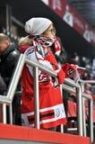 Вентилятор-девушка команды HC Donbass наблюдая игру стоковые изображения