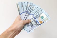Вентилятор 100 долларов примечаний в мужской руке Стоковое Изображение RF