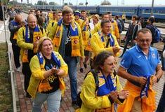 Вентилятор-марш украинских национальных сторонников футбольной команды в Харькове Стоковые Изображения