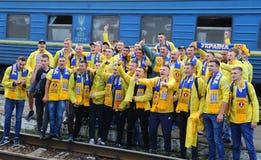 Вентилятор-марш украинских национальных сторонников футбольной команды в Харькове Стоковые Фото