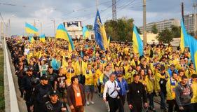 Вентилятор-марш украинских национальных сторонников футбольной команды в Харькове Стоковое Изображение
