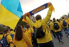 Вентилятор-марш украинских национальных сторонников футбольной команды в Харькове Стоковое фото RF