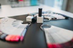 Вентилятор на черной предпосылке, никто образца ногтя стоковые фотографии rf