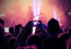 Вентилятор принимает гитариста изображения на этапе во время концерта в реальном маштабе времени Стоковые Изображения