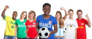 Вентилятор французского футбола женский с шариком и вентиляторы от других стран стоковое фото