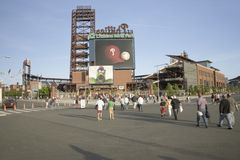 Вентиляторы бейсбола входя в парк банка граждан Стоковое Фото