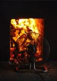 Вентиляторы используемые для того чтобы погладить рукой огонь стоковая фотография rf