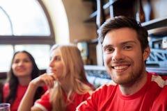 Вентиляторы или друзья наблюдая футбол на баре спорта Стоковые Фото