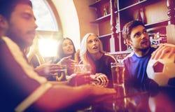 Вентиляторы или друзья наблюдая футбол на баре спорта стоковая фотография